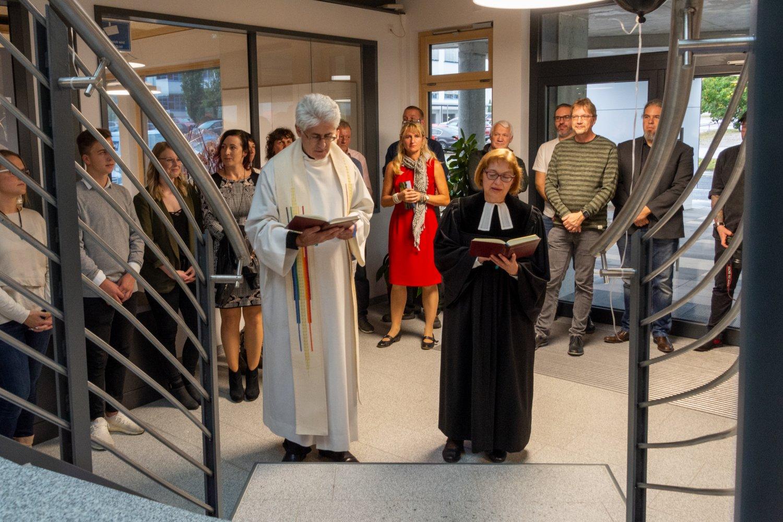 Pastorin Irene Friedrich von der Evangelisch-Lutherischen Kirchengemeinden Nabburg-Pfreimd weihte zusammen mit Pfarrvikar Klaus Oskar Lettner das Gebäude.